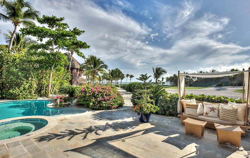 Caleton 14 villa for sale in cap cana terraza exterior jardín privado jacuzzi y piscina
